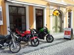 Foto: Außenansicht mit den Motorrädern